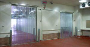 ouvertures equipees de rideaux de porte a lanieres
