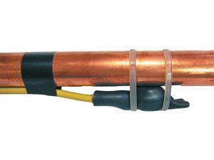 fixation du thermostat contre le tuyau en métal